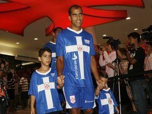Felipe e Diego Souza serviram de modelo no lançamento da camisa azul ... 481fc5a1f94ee
