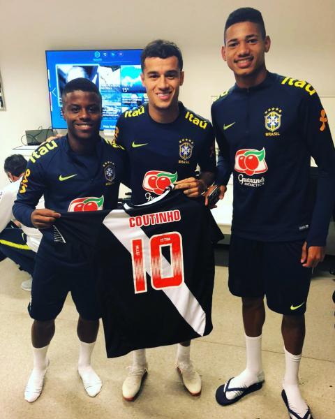46a9aa006a Lucas Santos e Marrony presenteiam Philippe Coutinho com camisa do ...