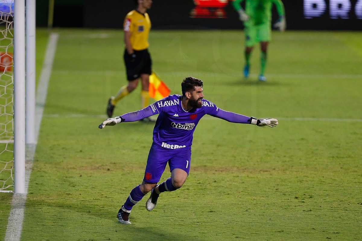 Fernando Miguel comemorando classificação do Vasco
