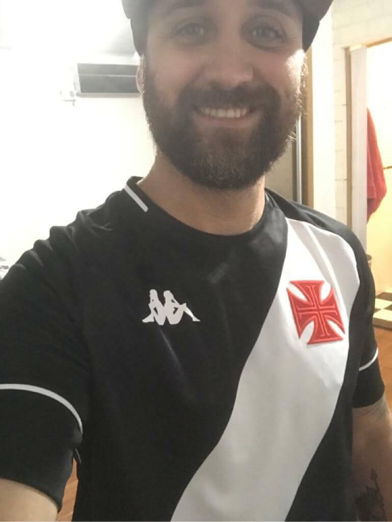 Torcedor com a nova camisa da Kappa