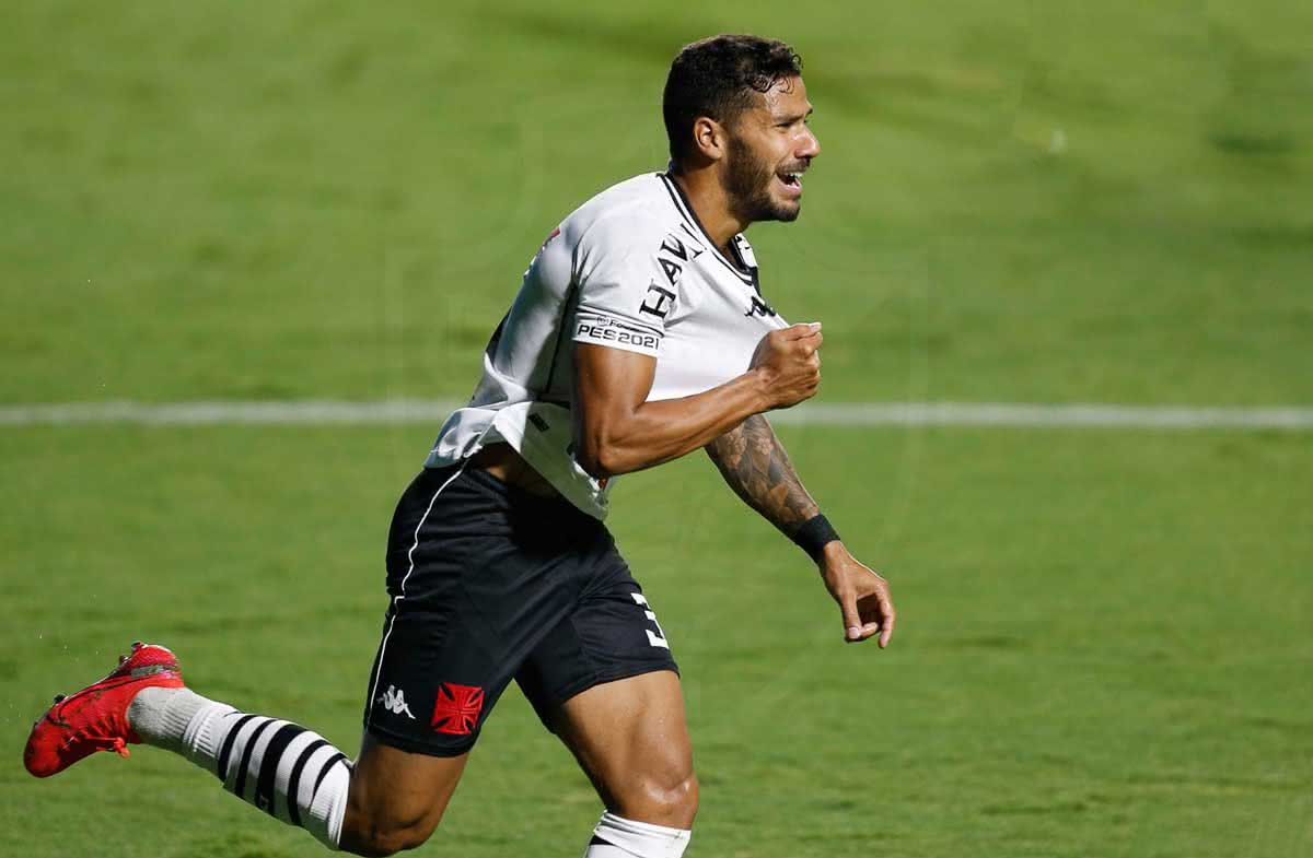 Henrique comemorando gol contra o Goiás
