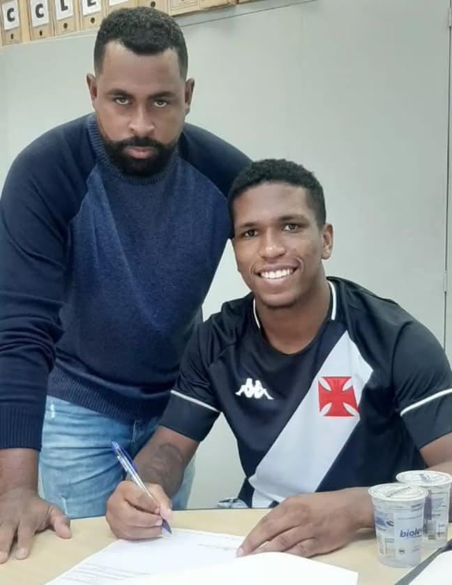 Juninho assinando novo contrato com o Vasco
