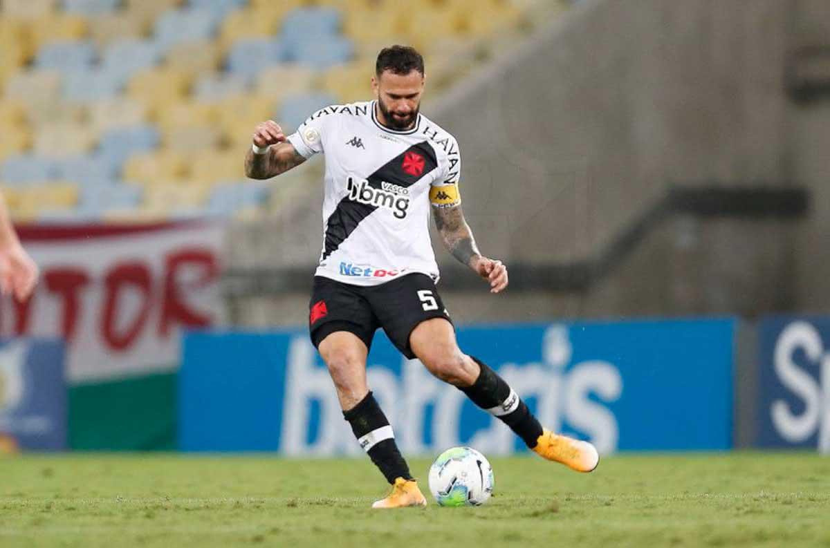 Leandro Castan em jogo contra o Fluminense