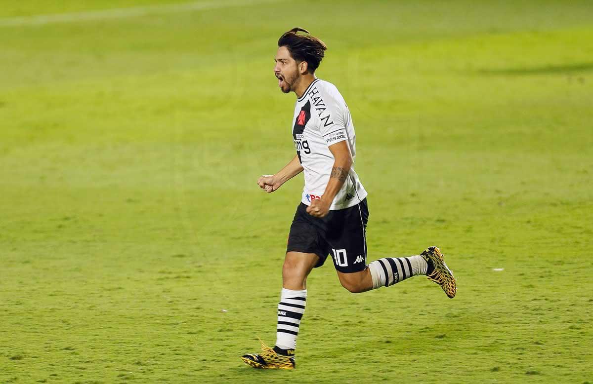 Benítez comemorando gol contra o Goiás