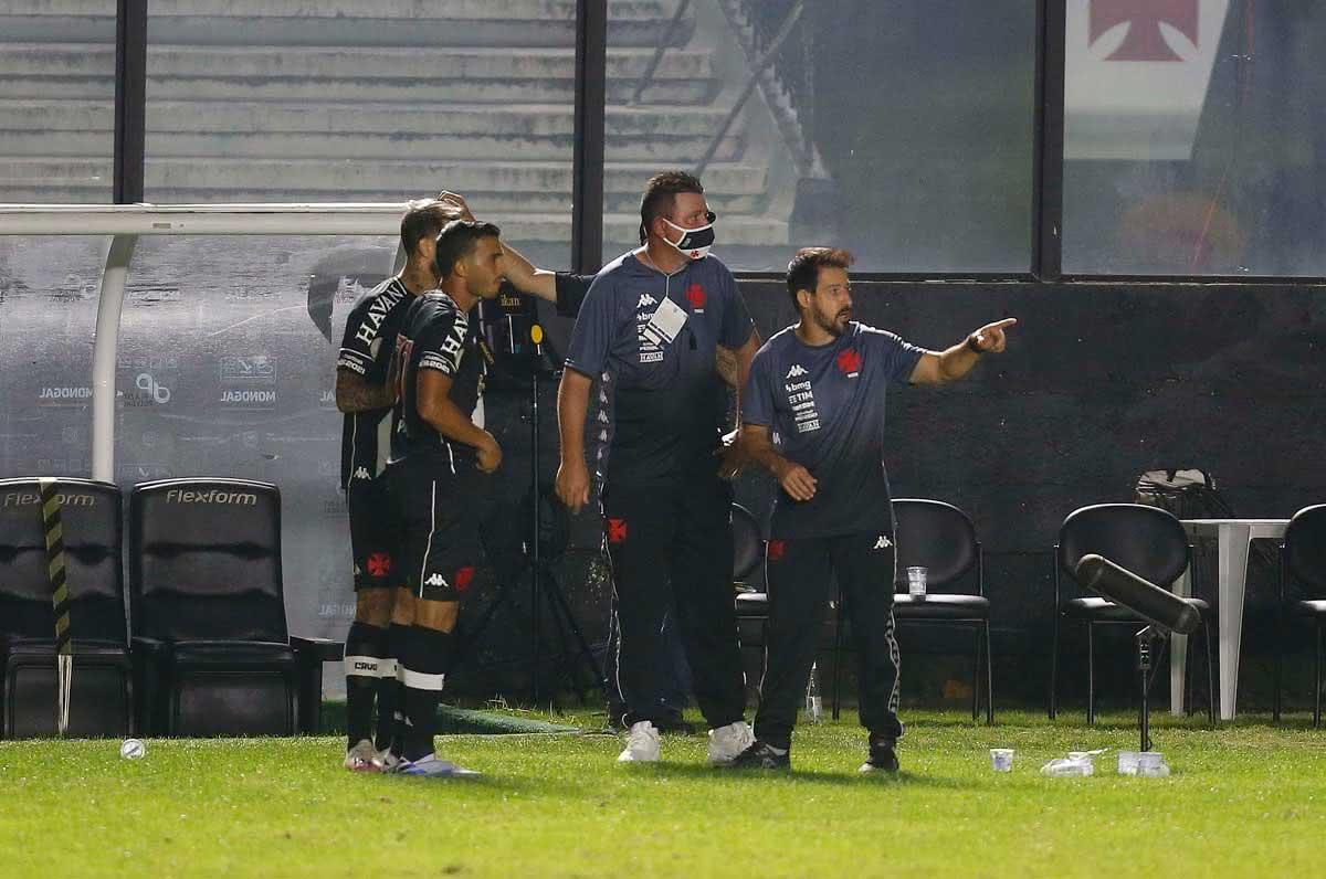 Ramon orientando time durante o jogo contra o Sport