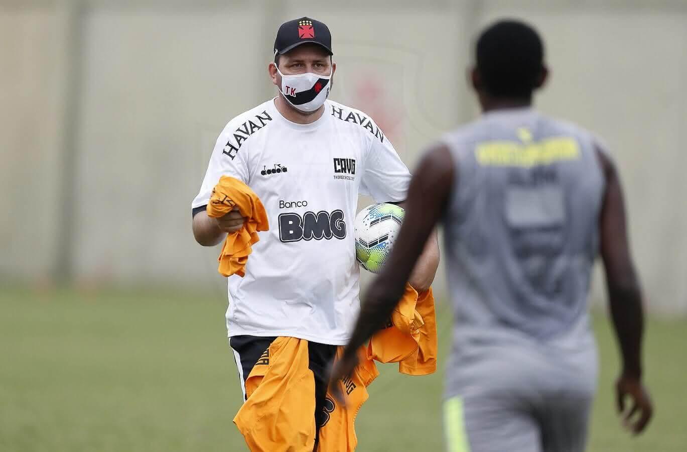 Ramon Menezes comandando treino