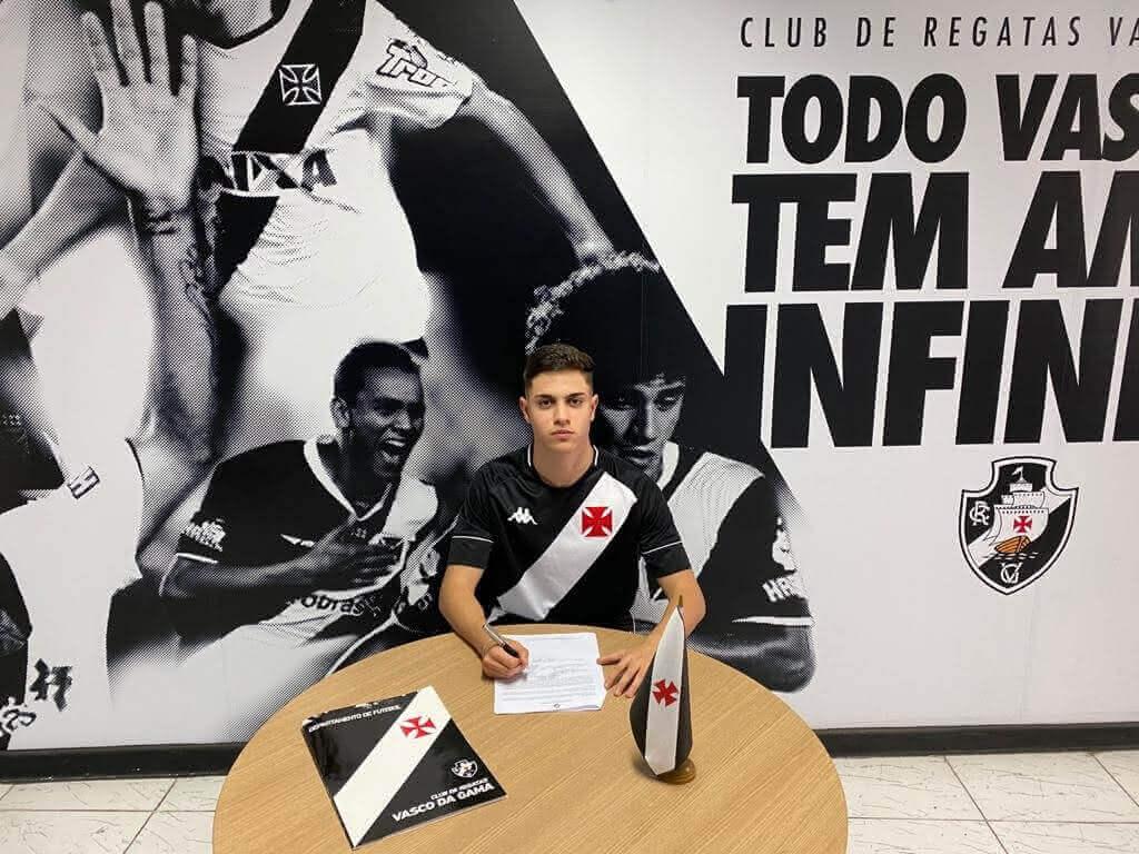 Vinícius assinando contrato com o Vasco