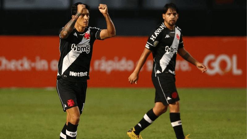 Germán Cano celebra gol observado por Martín Benítez