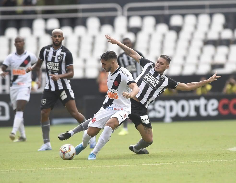 Andrey disputando bola com jogador do Botafogo