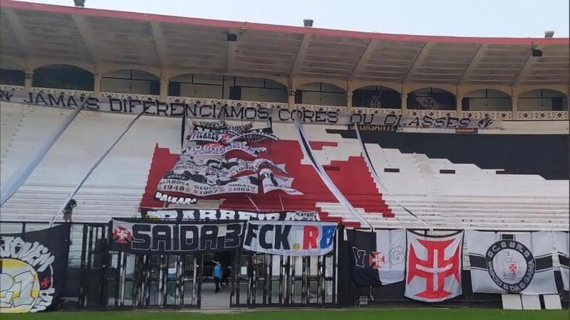 Torcida do Vasco protesta contra a Red Bull