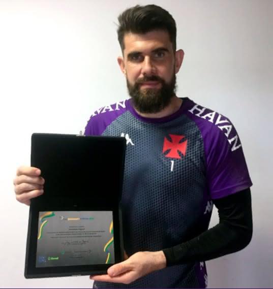 Fernando Miguel recebe placa da Copa do Brasil