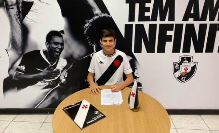 Gabriel Vieira assina contrato com o Vasco