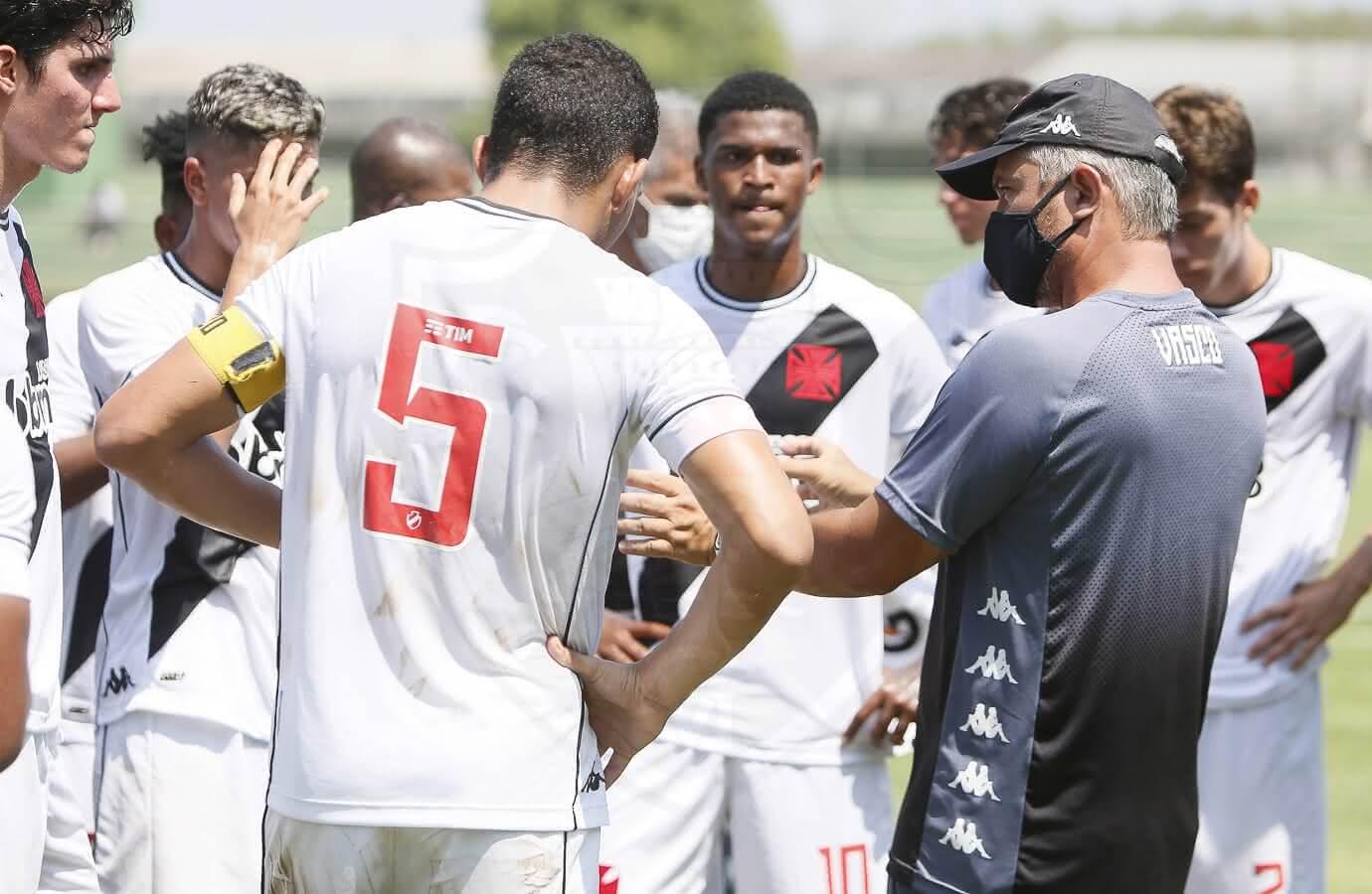Grasseli orientando o time contra o Flamengo