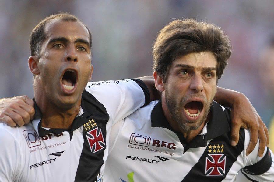 Felipe e Juninho Pernambucano comemorando gol pelo Vasco em 2012