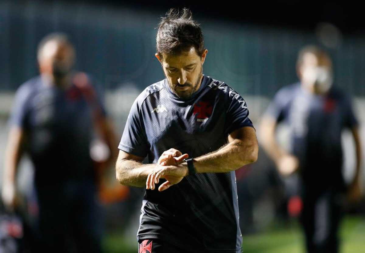 Ramon Menezes em jogo contra o Athletico-PR