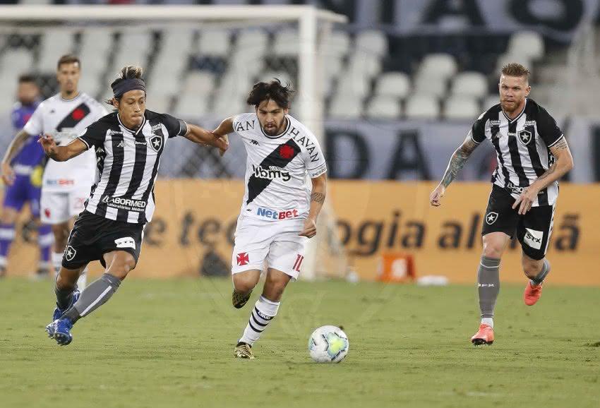 Honda e Benítez disputando bola em Botafogo x Vasco