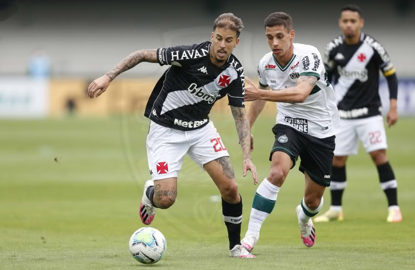 Marcos Júnior, volante do Vasco, disputando bola com jogador do Coritiba