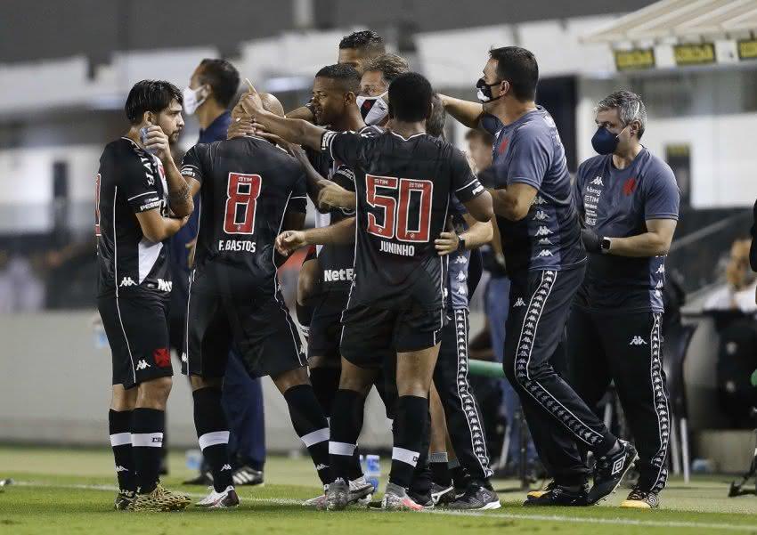Jogadores do Vasco comemoram gol contra o Santos
