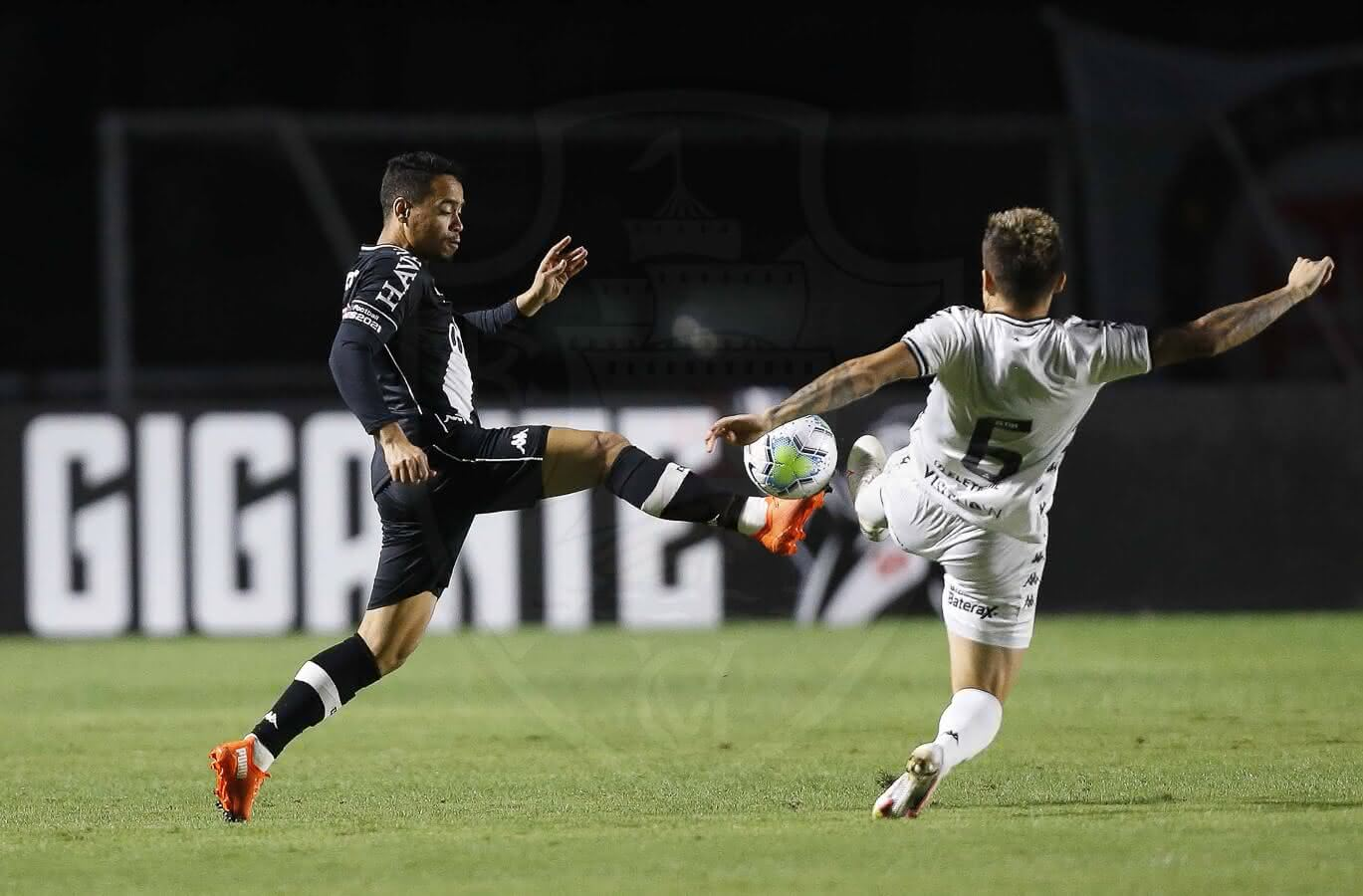 Yago Pikachu disputando bola com Victor Luis em Vasco x Botafogo