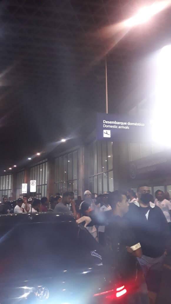 Torcedores vascaínos aguardando desembarque do time após derrota para o Bahia