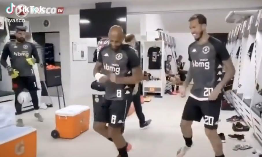 Fellipe Bastos e Marcos Júnior dançando no vestiário do Vasco