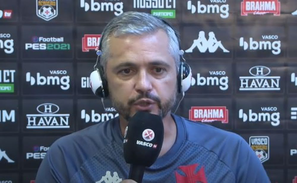 Alexandre Grasseli durante entrevista após o clássico