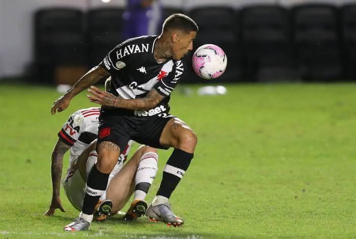Carlinhos em jogo contra o Flamengo