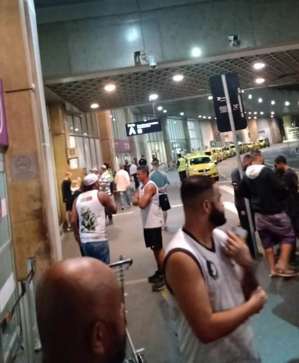 Torcedores do Vasco durante confusão em aeroporto