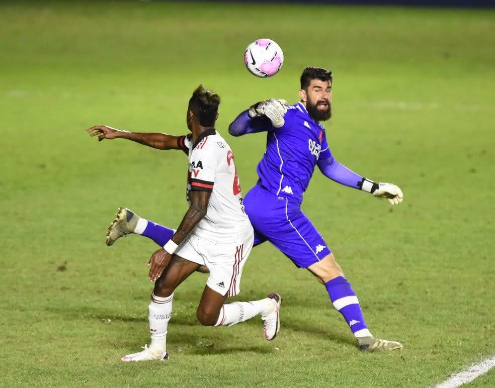 Fernando Miguel no lance do 2º gol do Flamengo