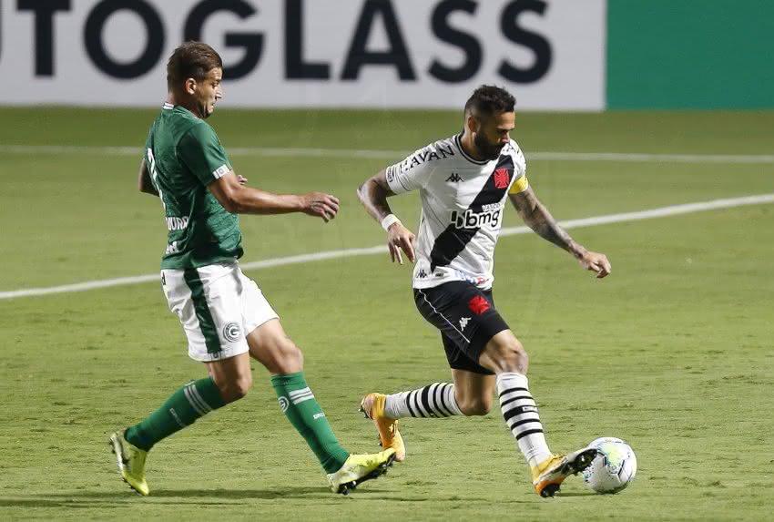 Rafael Moura e Leandro Castan disputando bola em Goiás x Vasco