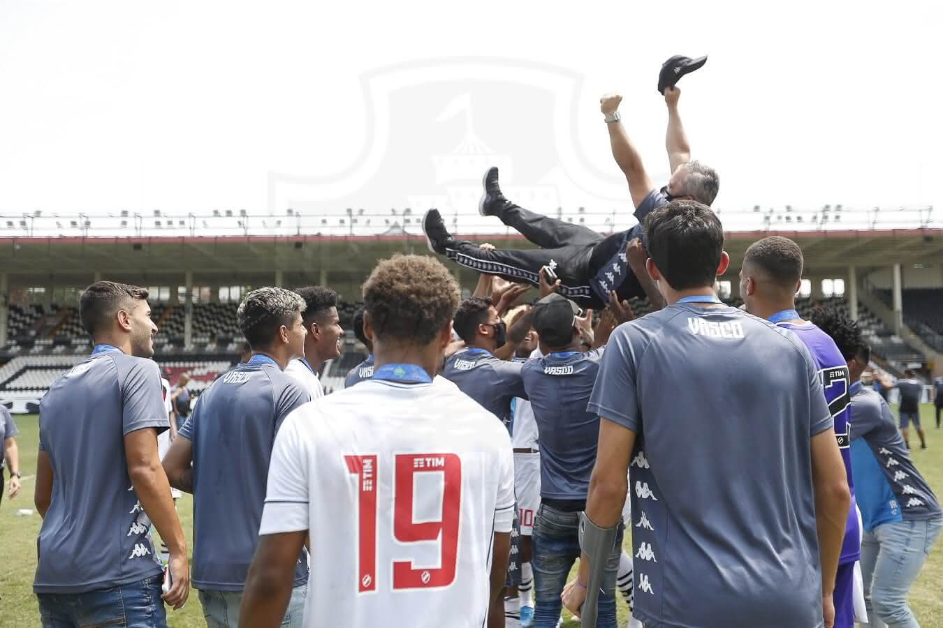 Comissão técnica festejam com Grasseli o título da Taça Guanabara