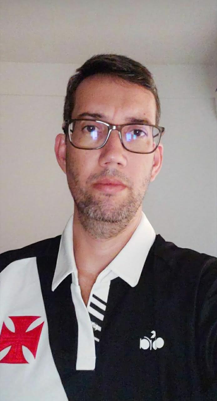 Juliano Souza reclama da demora para entrega das camisas que comprou na Vasco Store