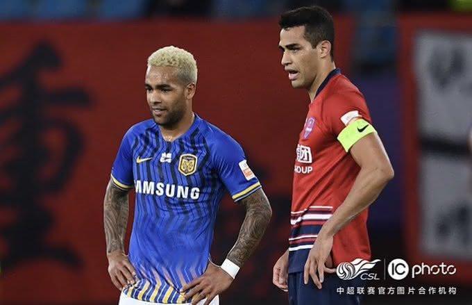 Alan Kardec e Alex Teixeira se enfrentaram na China