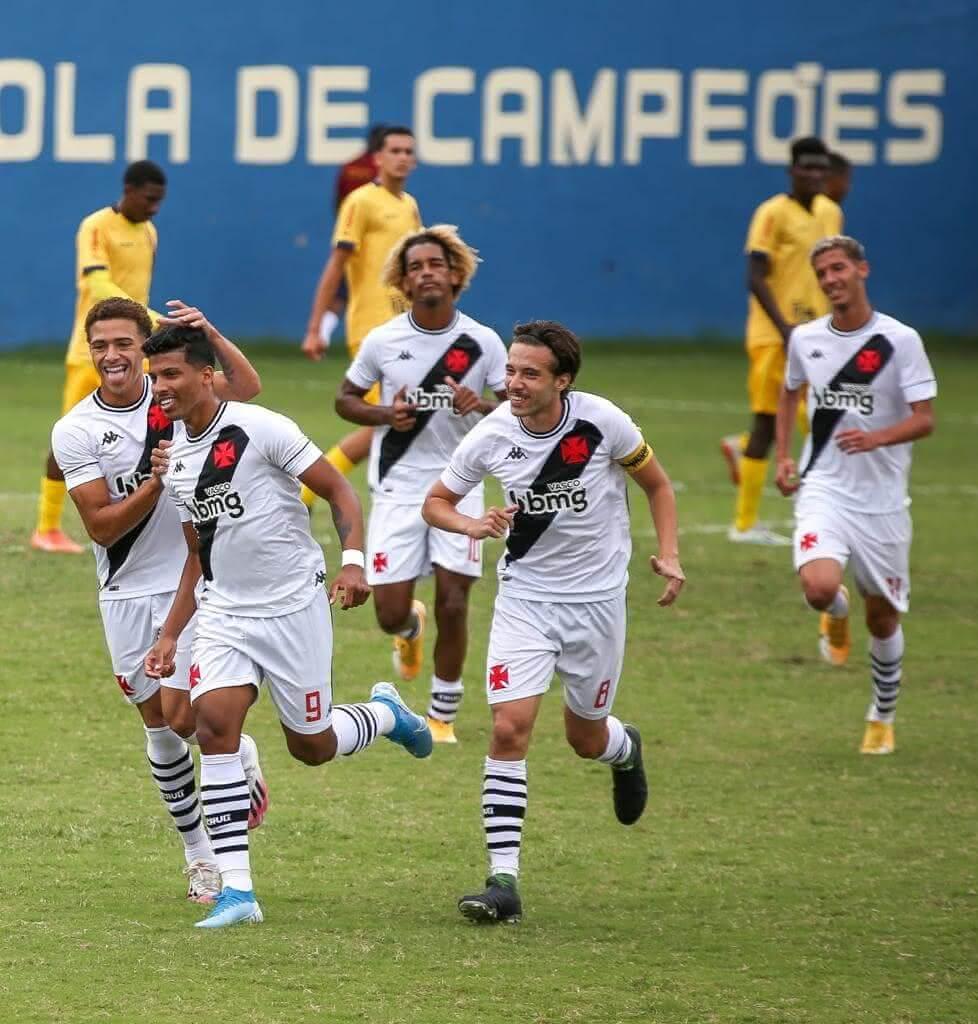 Laranjeira comemorando gol com os companheiros