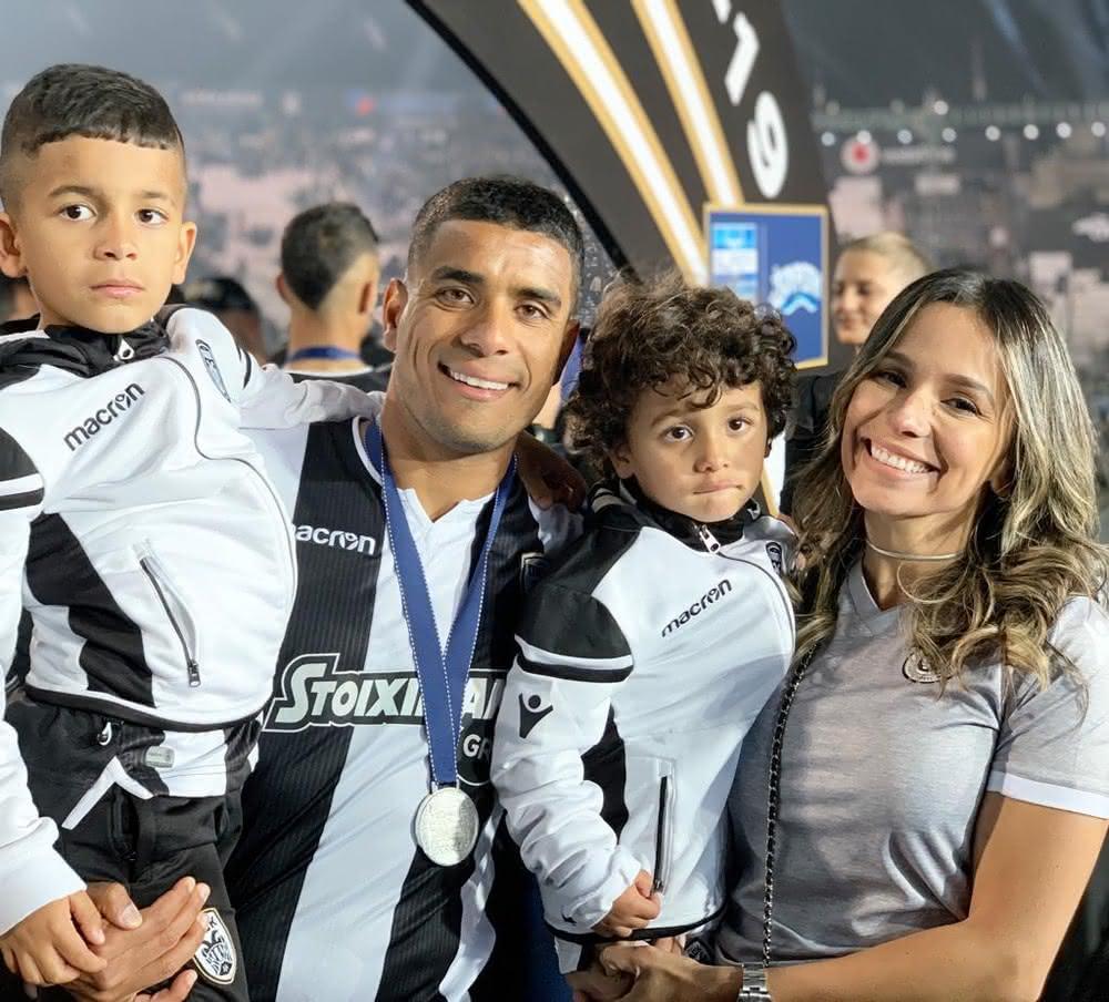 Léo Matos acompanhado da família no PAOK
