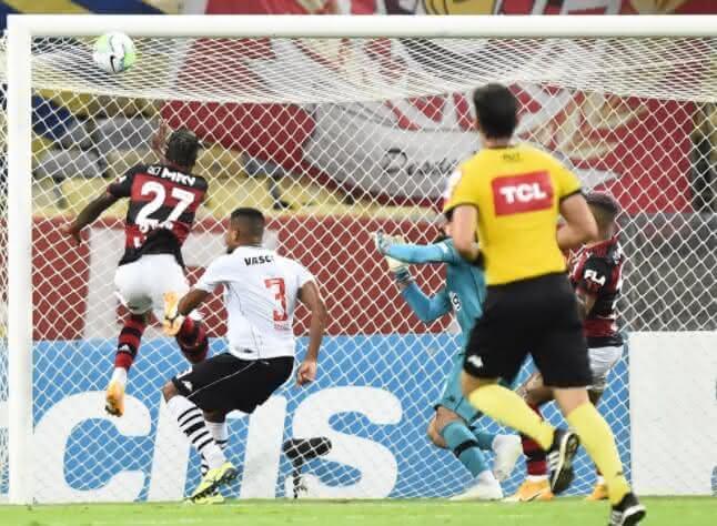 Léo Matos durante lance de pênalti em Bruno Henrique