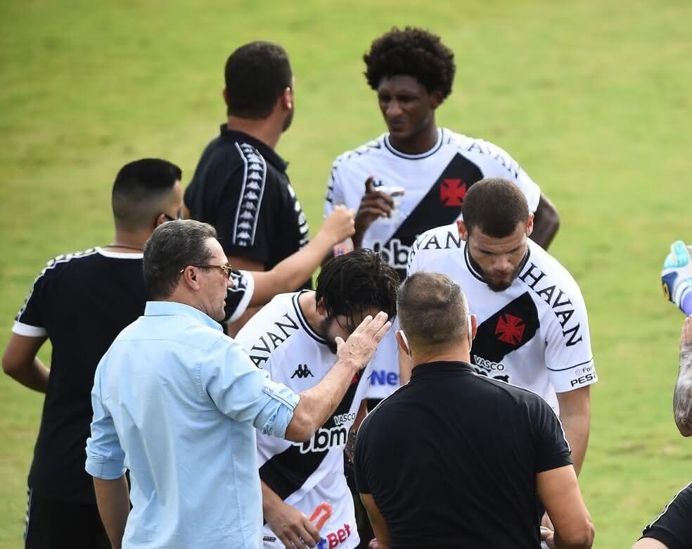 Luxemburgo conversando com jogadores durante parada técnica