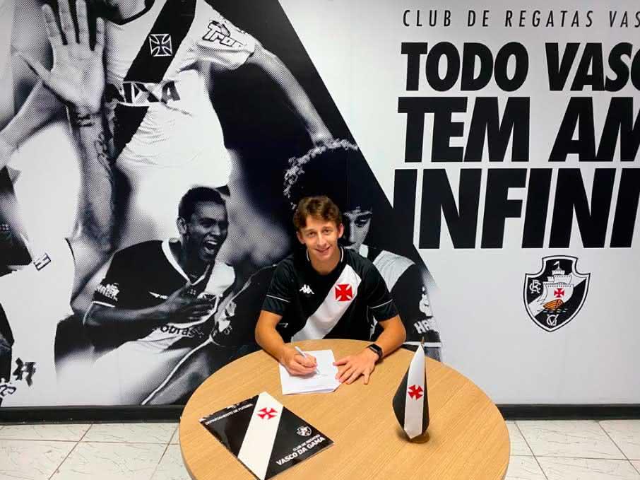 Matias Galarza assinando contrato com o Vasco