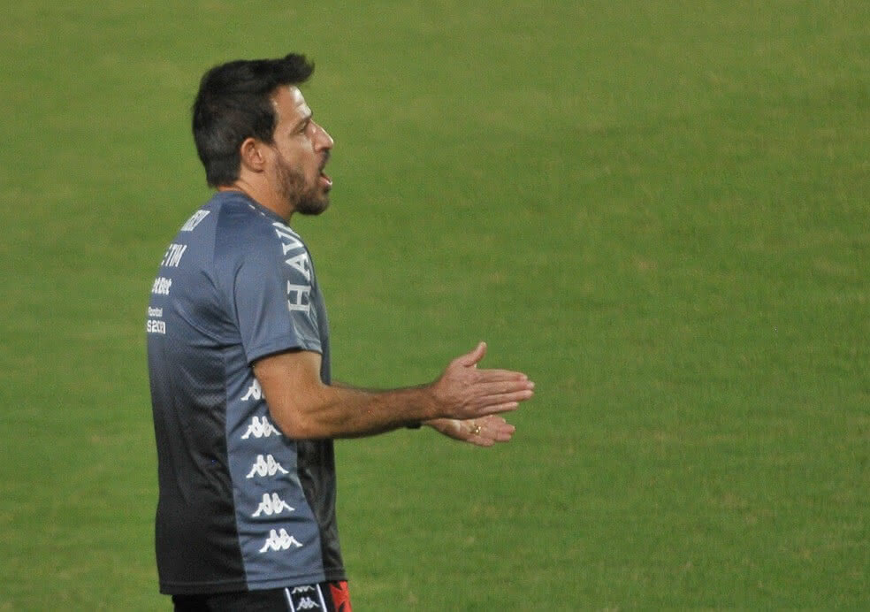 Ramon Menezes orientando jogadores do Vasco contra o Bahia