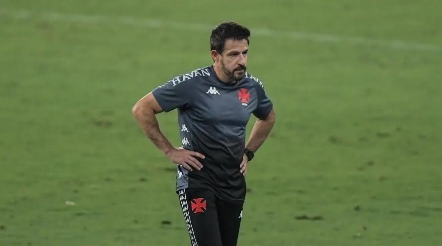 Técnico Ramon Menezes durante jogo do Vasco