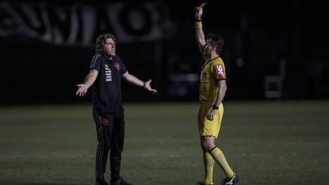 Ricardo Sá Pinto leva cartão amarelo após reclamação