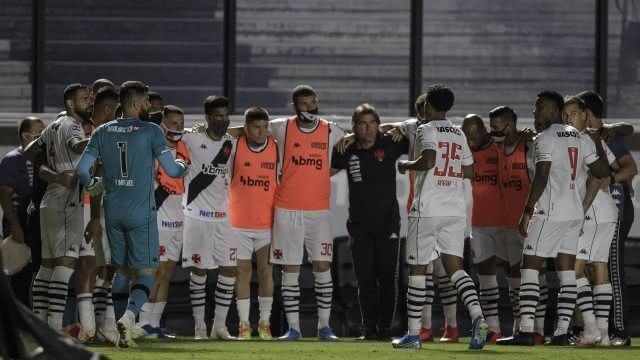 Ricardo Sá Pinto conversando com os jogadores