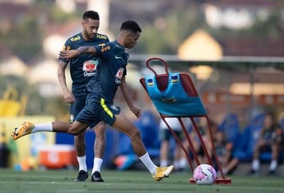 Riquelme ao lado de Neymar durante treino da Seleção