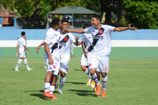 Meninos do Sub-17 comemorando gol contra o Atlético-MG