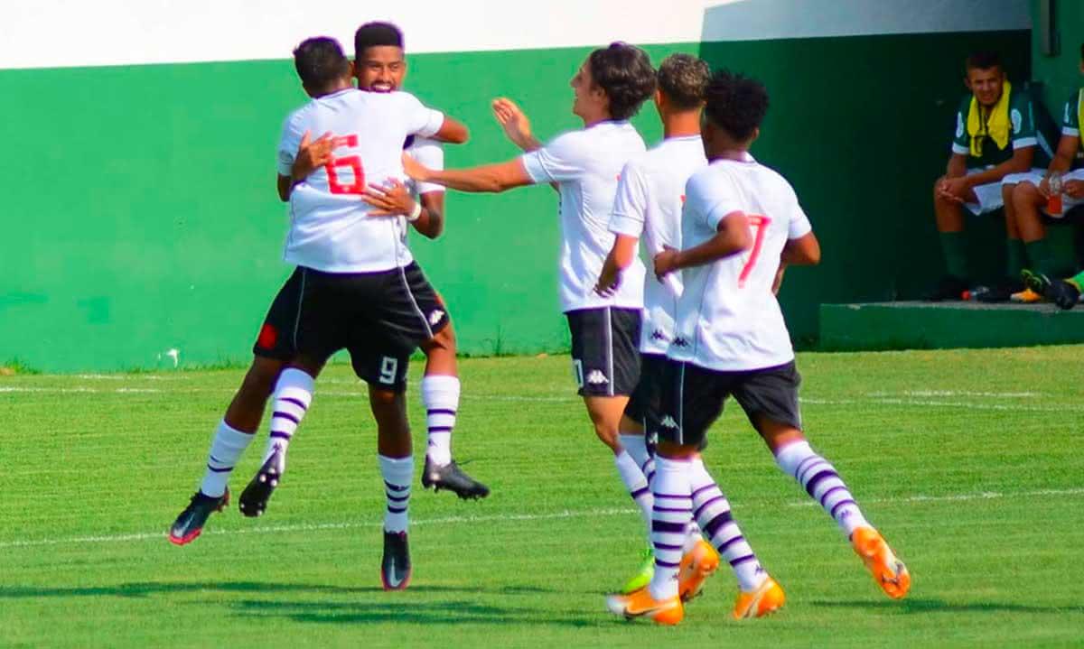 Jogadores comemorando gol contra a Cabofriense