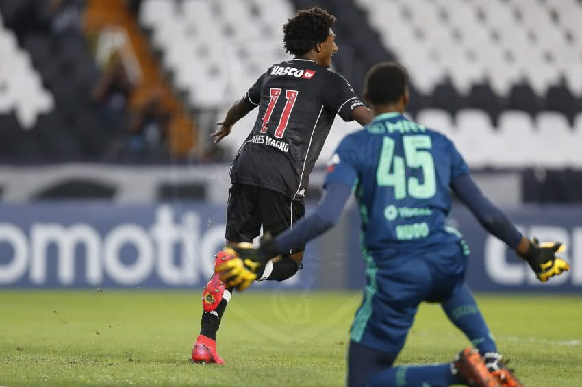 Talles Magno comemorando gol contra o Flamengo