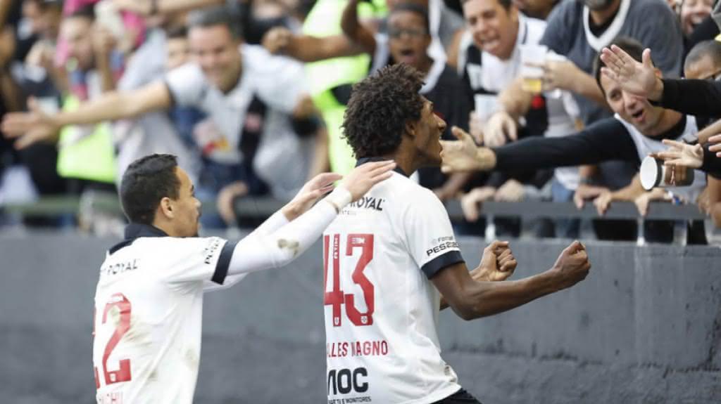 Pikachu e Talles Magno comemorando gol pelo Vasco em 2019