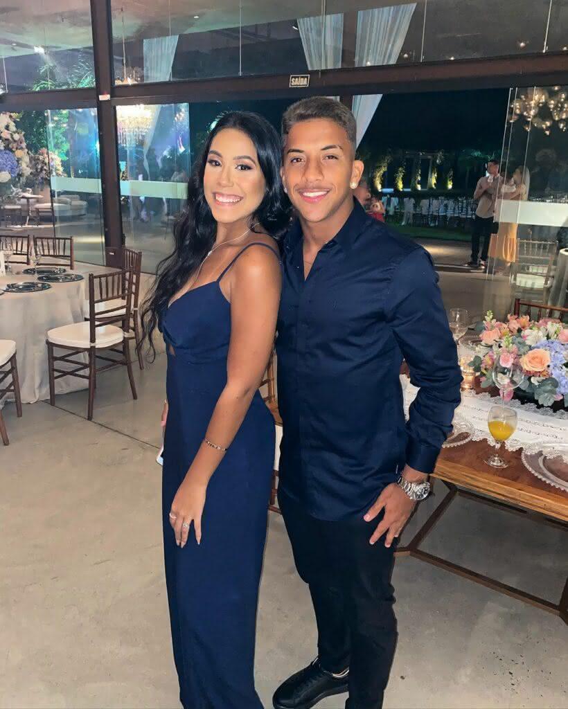 Vinícius e sua namorada no casamento de Andrey