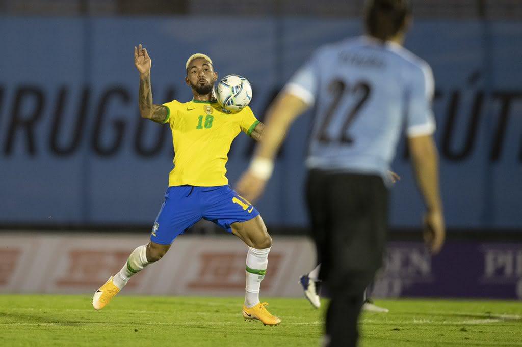 Douglas Luiz em ação com a Seleção Brasileira