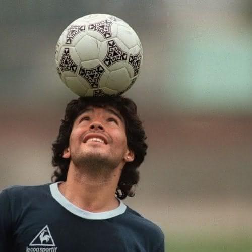 Maradona mostra sua habilidade em treino da seleção argentina